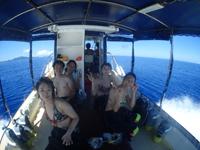 ダイビングボートwingとダイバー