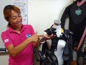 ダイビング器材のアドバイスをするスタッフ