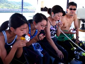 家族で体験ダイビングをしている風景2