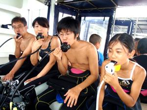 家族で体験ダイビングをしている風景3