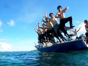 男子学生6名がボートから海へ飛び込む様子