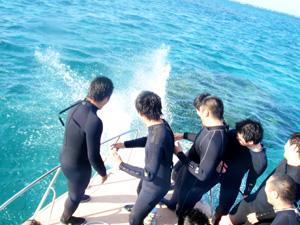 卒業(学生)旅行で体験ダイビングを楽しむ風景2