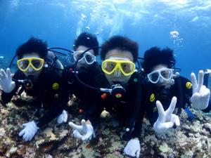 卒業(学生)旅行で体験ダイビングを楽しむ風景3