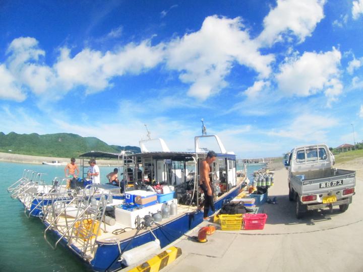 石垣島北部伊原間港に停泊中のダイビングボート