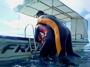 疲労ダイバーをボートに引き上げるトレーニング風景