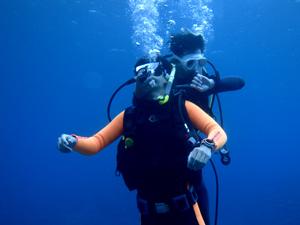 水中で反応のないダイバーを引き上げるトレーニング風景