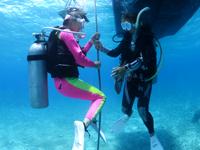 ロープ潜降中のダイバーとインストラクター