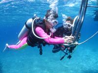 水面で呼吸の練習をする体験ダイバー